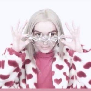 POPPY VIDEO X PETAL TO THE METAL GLASSES GOLD